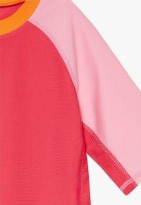Reima - SWIM CAMIGUIN - Rash vest - berry pink - 2