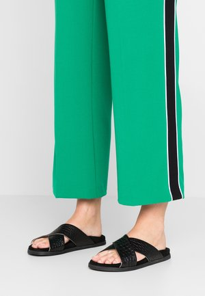 ROUTE CROCO CROSS  - Pantolette flach - black