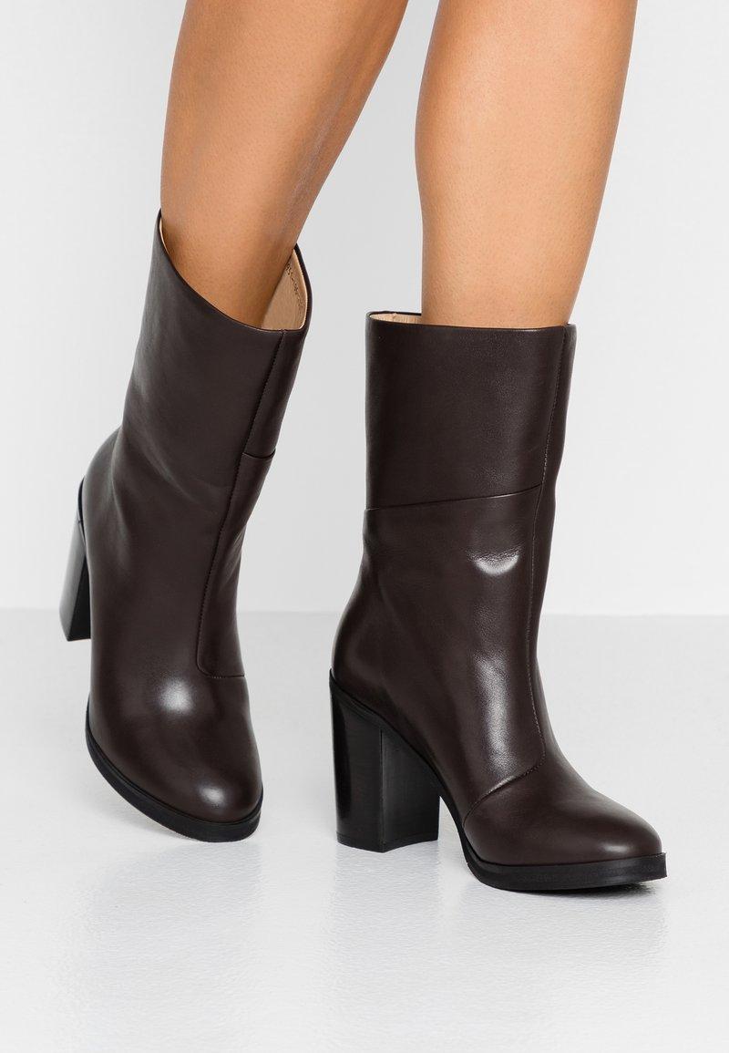 Royal RepubliQ - BRIDGE HIGH BOOT - Kotníková obuv na vysokém podpatku - chestnut