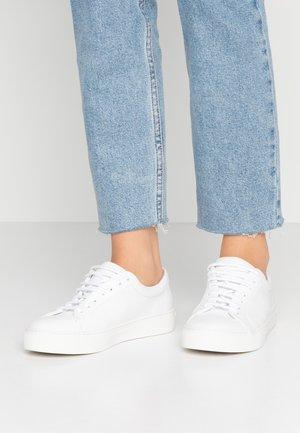 ELPIQUE DERBY SHOE - Sneakersy niskie - white