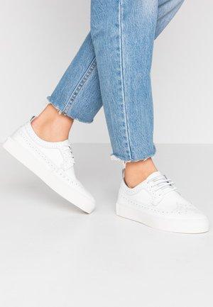 DORIC BROGUE DERBY SHOE - Chaussures à lacets - white