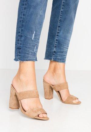 LIBERTY STRAP - Pantofle na podpatku - camel