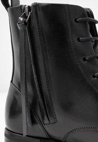 Royal RepubliQ - AVE LACE UP BOOT - Botines con cordones - black - 2