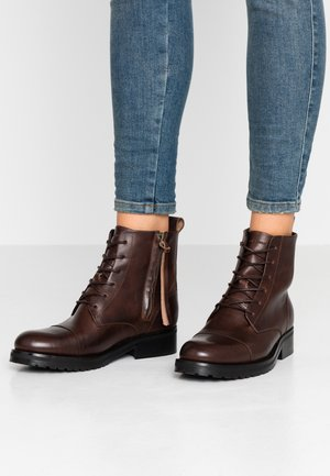 AVE LACE UP BOOT - Botines con cordones - brown