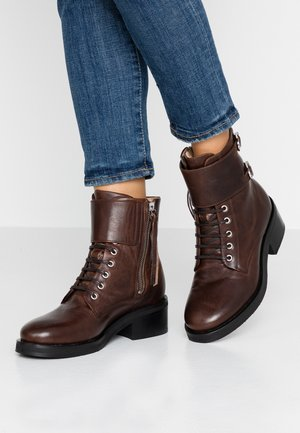DISTRICT MONK LACE UP BOOT - Lace-up ankle boots - chestnut