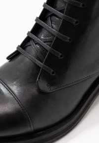 Royal RepubliQ - DISTRICT LACE UP BOOT - Botines con cordones - black - 2