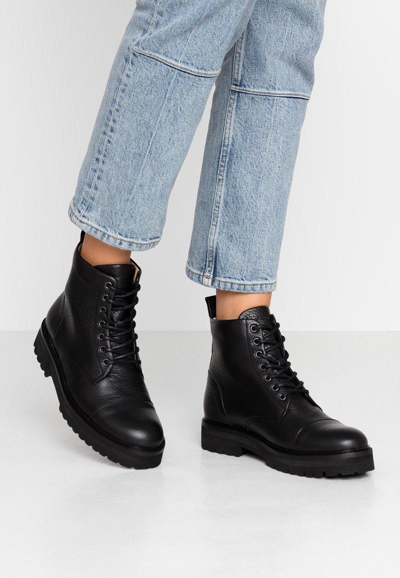 Royal RepubliQ - AVE HIKER LACE UP BOOT - Šněrovací kotníkové boty - black