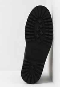 Royal RepubliQ - AVE HIKER LACE UP BOOT - Botines con cordones - black - 6