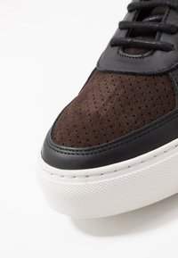 Royal RepubliQ - SPARTACUS OXFORD SHOE - Sneakers - coffee - 5