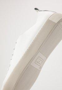 Royal RepubliQ - DORIC DERBY - Tenisky - white - 5