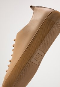 Royal RepubliQ - DORIC DERBY SHOE - Tenisky - camel - 5