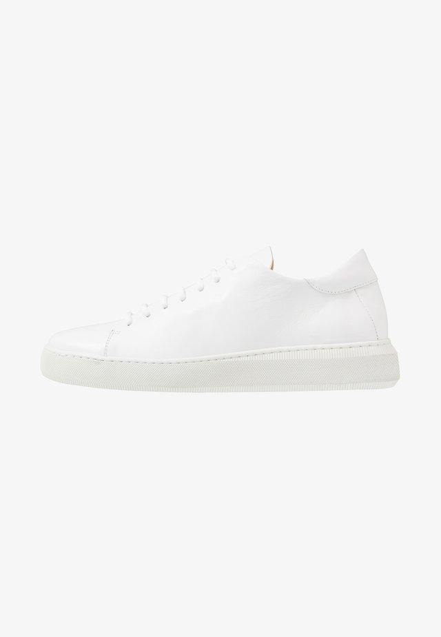 VERGE DERBY SHOE - Sneakersy niskie - white