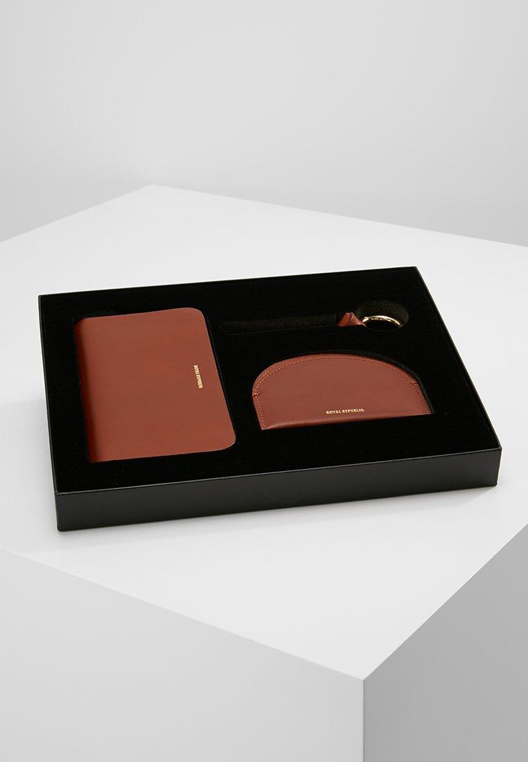 Royal RepubliQ - THE UNIQUE GIFT BOX SET - Portefeuille - cognac
