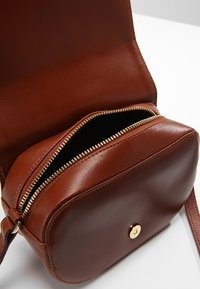 Royal RepubliQ - RAF CURVE EVENING BAG - Schoudertas - cognac - 4