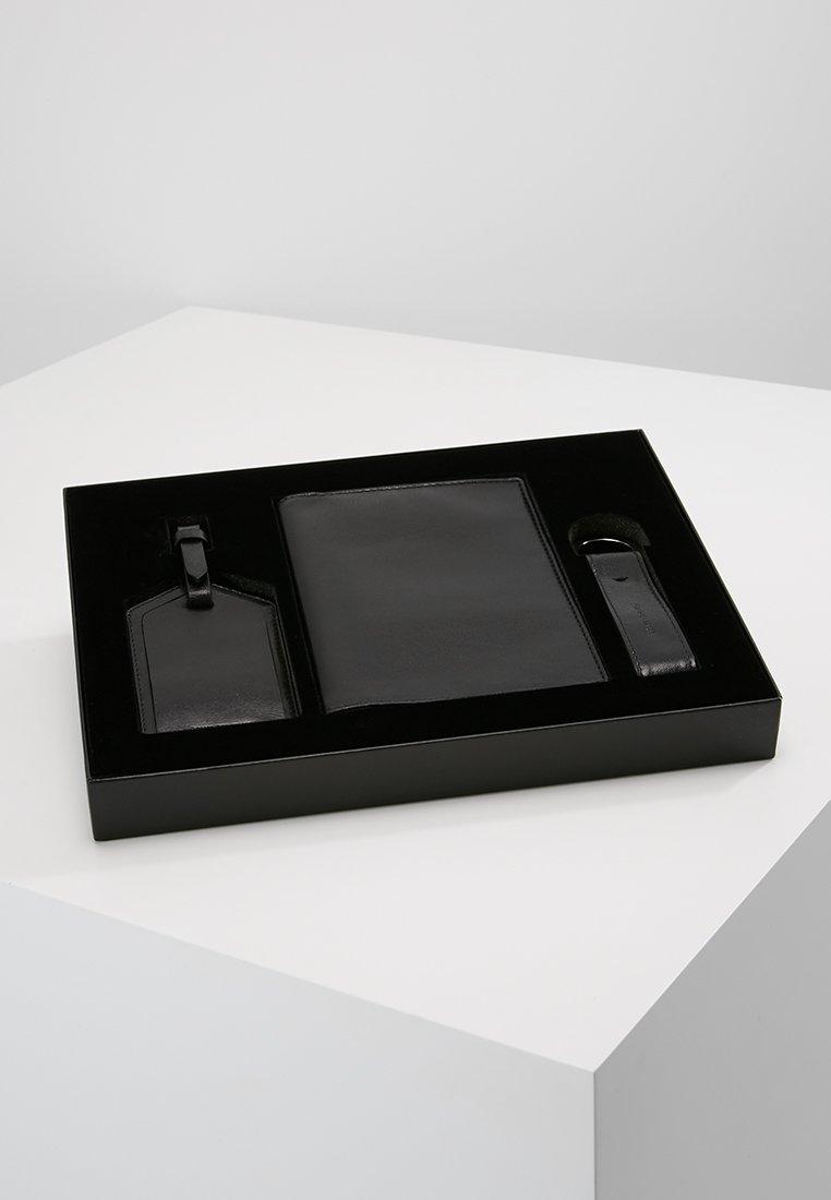 Royal RepubliQ - THE TRAVELLER GIFT BOX SET - Portfel - black