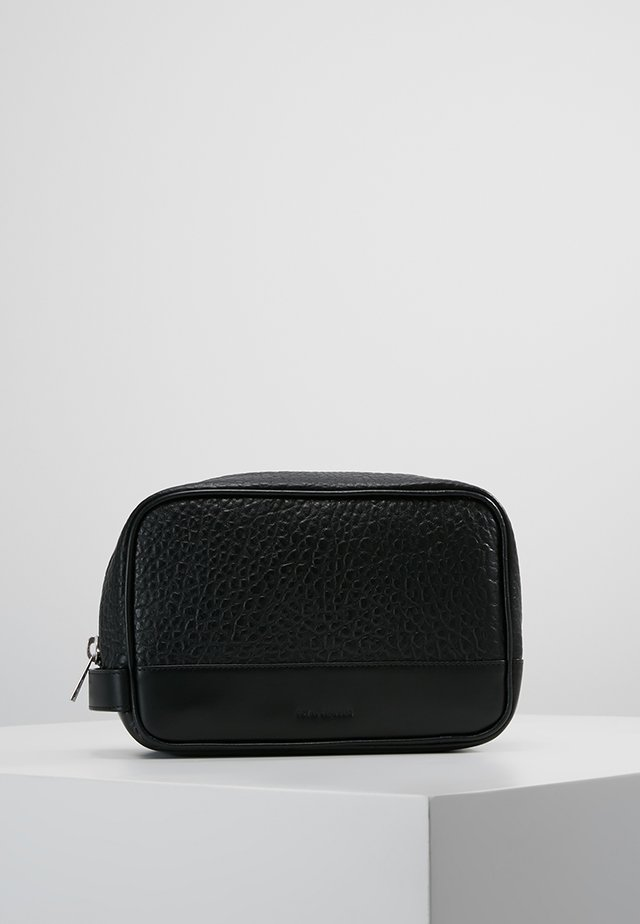 TENACITY TOILETRY BAG - Toiletti-/meikkilaukku - black