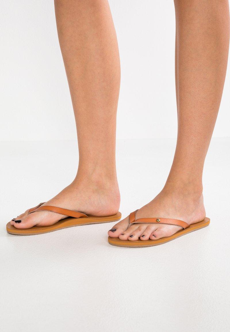 Roxy - JYLL - Sandály s odděleným palcem - tan