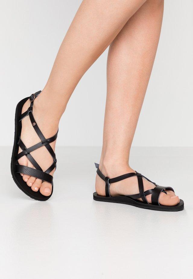 LAYTON - Sandály s odděleným palcem - black