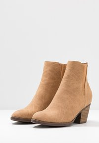 Roxy - RANDALL BOOT - Classic ankle boots - tan - 4