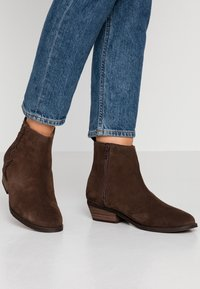Roxy - ESTEZ BOOT - Classic ankle boots - chocolate - 0