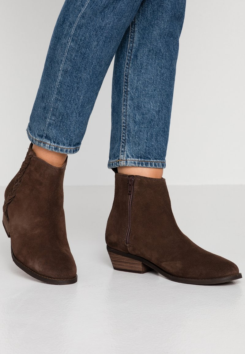 Roxy - ESTEZ BOOT - Classic ankle boots - chocolate