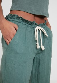 Roxy - OCEANSIDE PANT - Pantalon classique - duck green - 4