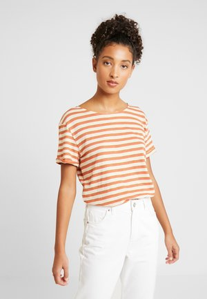 BETWEEN RAIN - T-shirt med print - rosette