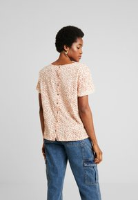 Roxy - BETWEEN - T-shirt med print - ivory/cream/peony stamp - 2