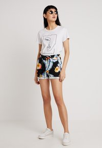 Roxy - TRIPPIN - Shorts - anthracite tropical love - 1