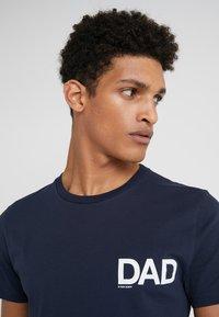 Ron Dorff - DAD SMALL - T-shirt med print - navy - 4