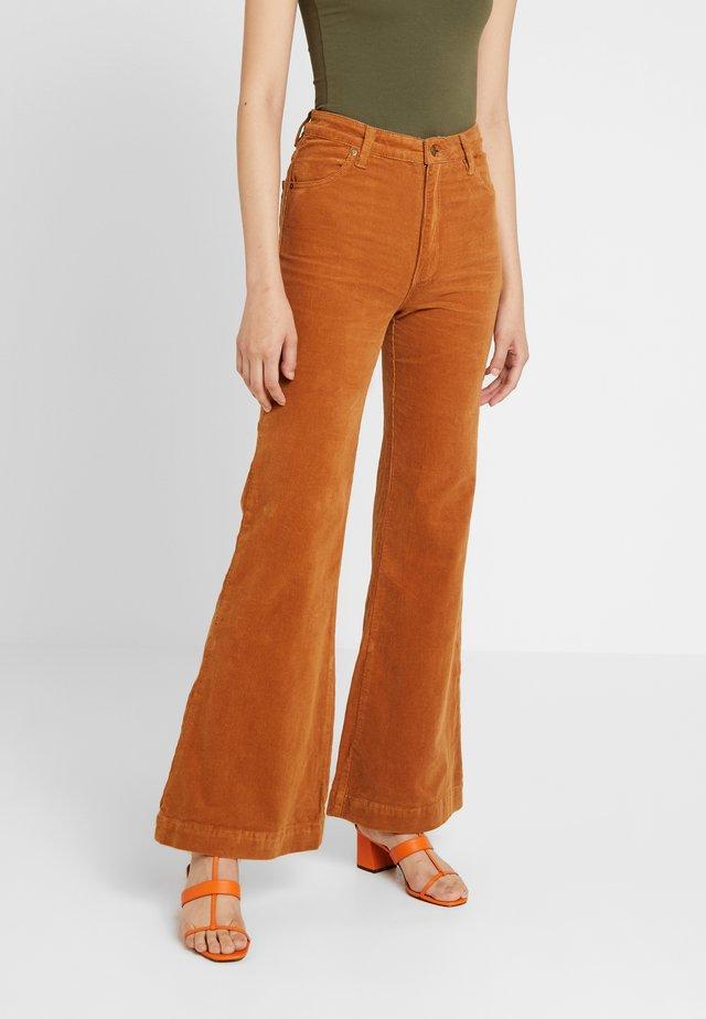 EASTCOAST FLARE - Spodnie materiałowe - tan