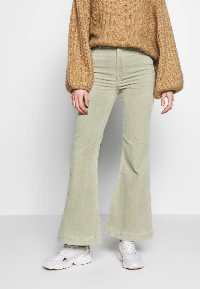 EASTCOAST FLARE - Spodnie materiałowe - seagrass