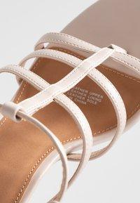 Rubi Shoes by Cotton On - FARRAH STRAPPY TOE POST  - Sandales à talons hauts - nude - 2