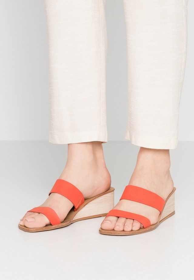 EMILIA DOUBLE STRAP LOW WEDGE - Pantolette hoch - sunset red