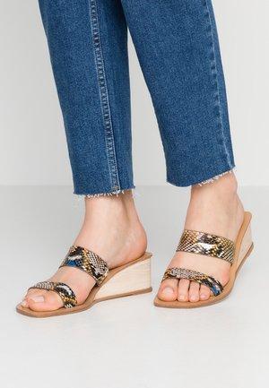 EMILIA DOUBLE STRAP LOW WEDGE - Pantofle na podpatku - multicolor