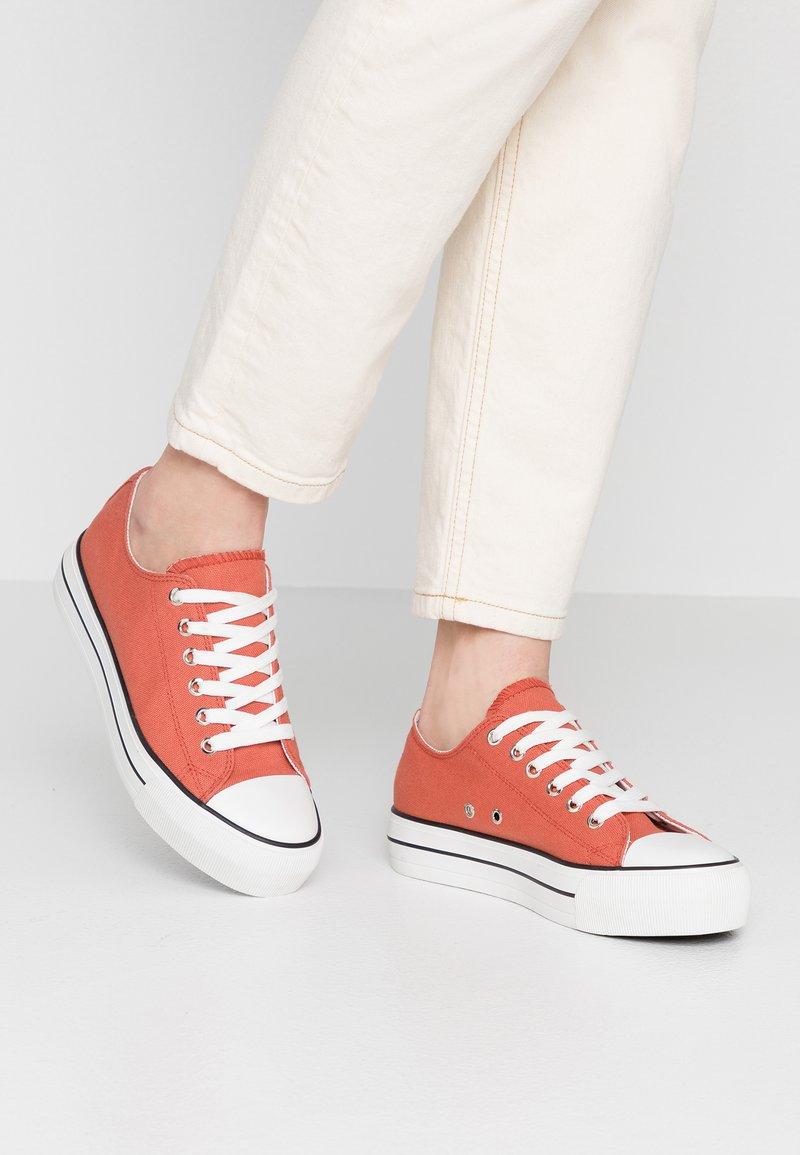 Rubi Shoes by Cotton On - PLATFORM JODI - Sneaker low - burnt ochre