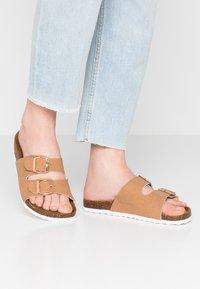 Rubi Shoes by Cotton On - REX DOUBLE BUCKLE SLIDE - Tohvelit - camel - 0