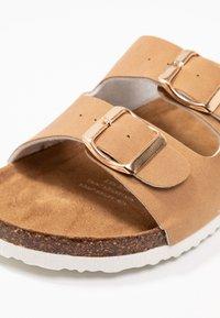 Rubi Shoes by Cotton On - REX DOUBLE BUCKLE SLIDE - Tohvelit - camel - 2
