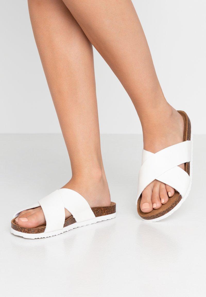 Rubi Shoes by Cotton On - REX OVER SLIDE - Domácí obuv - white