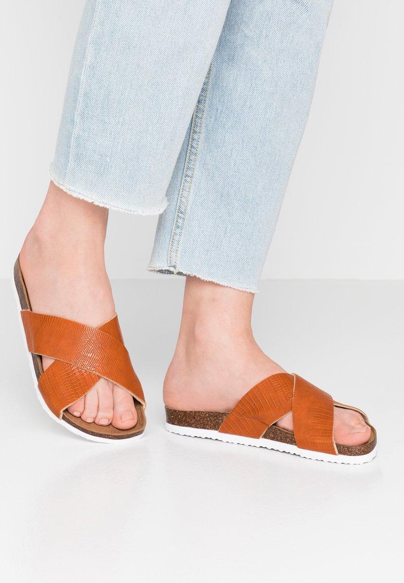 Rubi Shoes by Cotton On - REX OVER SLIDE - Hjemmesko - tan