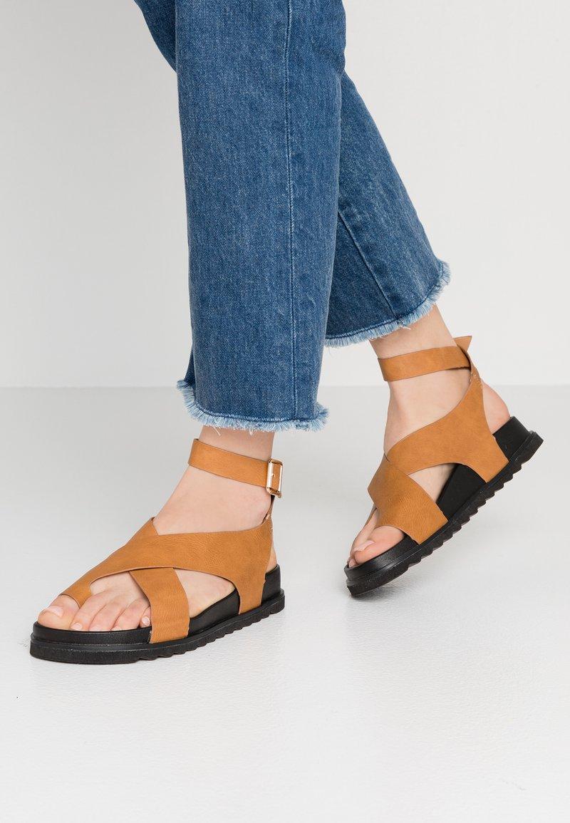 Rubi Shoes by Cotton On - IVY TOE LOOP CHUNKY  - Sandaler m/ tåsplit - tan
