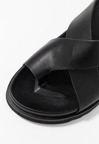 Rubi Shoes by Cotton On - IVY TOE LOOP CHUNKY  - Sandalias de dedo - black - 2