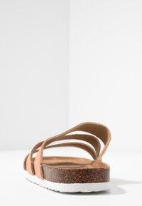 Rubi Shoes by Cotton On - REX TRIPLE STRAP SLIDE - Domácí obuv - fudge - 5
