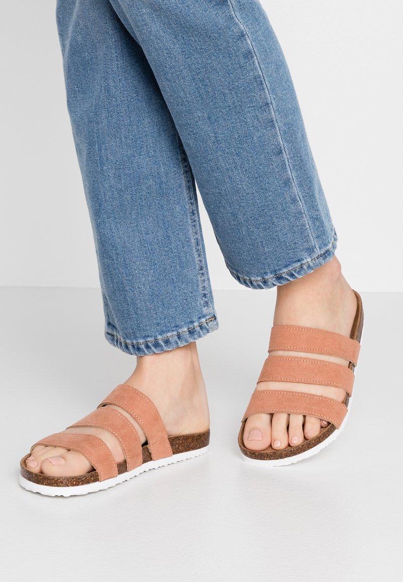 Rubi Shoes by Cotton On - REX TRIPLE STRAP SLIDE - Domácí obuv - fudge