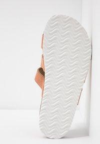 Rubi Shoes by Cotton On - REX TRIPLE STRAP SLIDE - Domácí obuv - fudge - 6