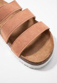 Rubi Shoes by Cotton On - REX TRIPLE STRAP SLIDE - Domácí obuv - fudge - 2