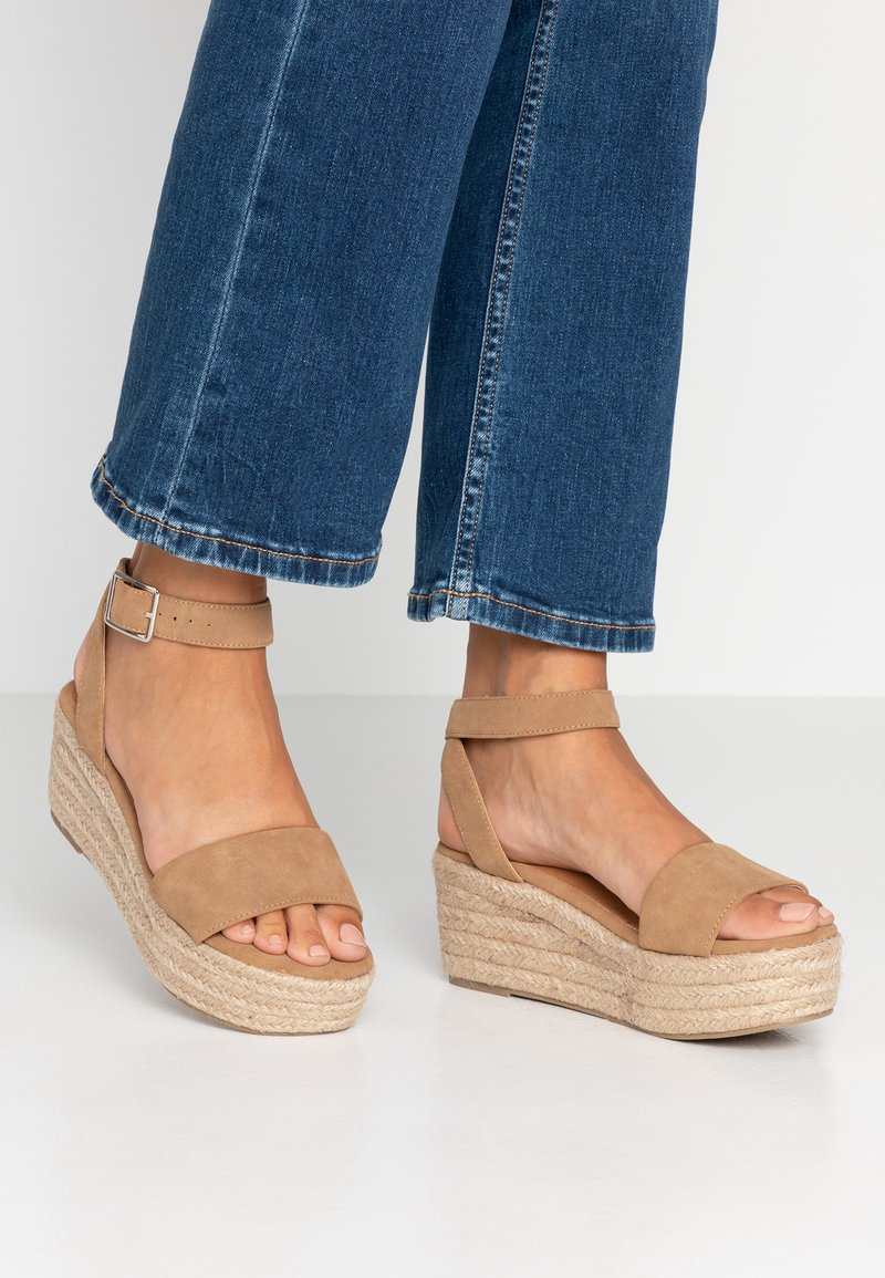 Rubi Shoes by Cotton On - CAITLIN WEDGE HEEL - Plateausandalette - tan