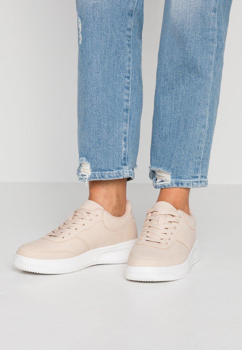 Rubi Shoes by Cotton On - ALICE - Matalavartiset tennarit - nude