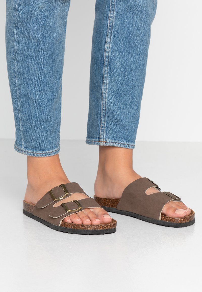 Rubi Shoes by Cotton On - REX CROSS OVER - Hausschuh - brown