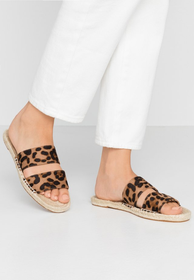 HARPER SLIDE - Mules - brown